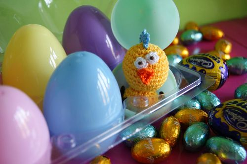 Amigurumi Crazy Chick in egg box web